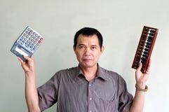 Scelga della calcolatrice elettronica o dell'aba tradizionale Fotografia Stock Libera da Diritti