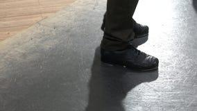 Scelga il ballerino di rubinetto femminile che porta sei pantaloni delle tasche che mostrano i vari punti nello studio con il pav archivi video