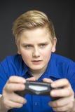 Scelga il bambino maschio in blu facendo uso del regolatore del gioco Immagini Stock