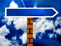 Scelga il segnale stradale in bianco di senso ed il cielo Immagine Stock