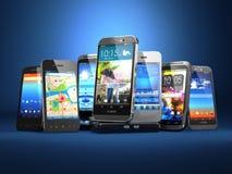 Scelga il telefono cellulare Fila degli smartphones differenti sulle sedere blu Immagine Stock