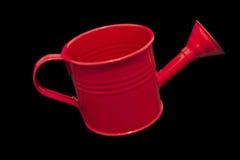 Scelga l'annaffiatoio rosso isolato su fondo nero che inclina su Fotografie Stock