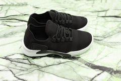 Scelga la nuovi scarpa da corsa, scarpe da tennis o istruttori neri unbranded di sport isolati su fondo bianco con il percorso di fotografia stock libera da diritti