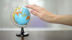 Scelga la posizione seguente di viaggio sul modello del globo archivi video