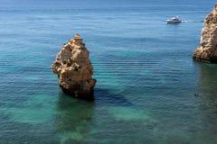 Scelga la roccia nell'Oceano Atlantico vicino alla spiaggia portoghese Fotografia Stock Libera da Diritti