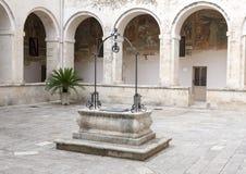 Scellé puits d'eau dans la cour centrale, ` Alexandrie, Galatina, Italie de Santa Caterina d de Di de basilique images libres de droits