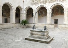 Scellé puits d'eau dans la cour centrale, ` Alexandrie, Galatina, Italie de Santa Caterina d de Di de basilique Images stock