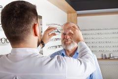 Scelta degli occhiali in deposito ottico fotografia stock