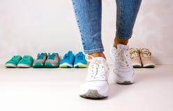 Scelta delle scarpe di sport immagini stock libere da diritti