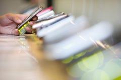Scelta dello smartphone Fotografie Stock Libere da Diritti