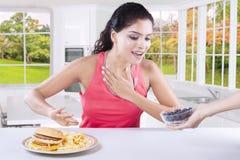 Scelta di modello indiana mangiare mirtillo Fotografia Stock