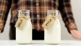 Scelta di prodotti locale dell'azienda lattiera delle bottiglie per il latte Immagine Stock