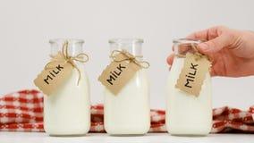 Scelta di prodotti locale dell'azienda lattiera delle bottiglie per il latte Fotografia Stock Libera da Diritti