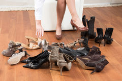 Scelta difficile delle scarpe Fotografia Stock Libera da Diritti