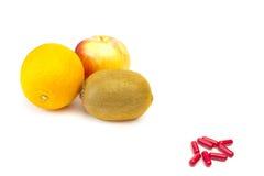 Scelta fra frutta o le pillole Fotografia Stock