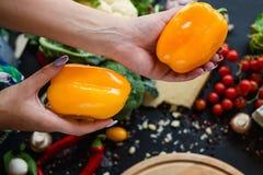 Scelta gialla della verdura del mercato di eco del pepe della donna Fotografia Stock Libera da Diritti