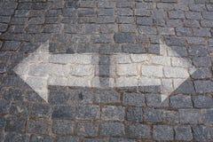 Scelte concetto, strada trasversale della pavimentazione con le frecce Immagine Stock