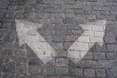 Scelte concetto, strada trasversale della pavimentazione con le frecce Immagine Stock Libera da Diritti