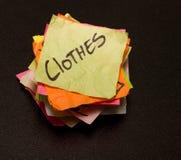 Scelte di vita - denaro per le piccole spese sui vestiti immagine stock libera da diritti