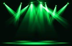 Scen światła Kilka projektory w zmroku Zielony światło reflektorów strajk przez ciemności Zdjęcia Royalty Free