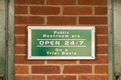 Scen de sinais públicos pequenos de um toalete Foto de Stock