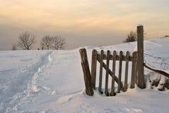 scena śniegurek wieś zmierzchu zdjęcia royalty free