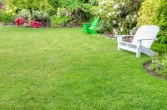 Scena abbellita del giardino con i banchi immagini stock libere da diritti
