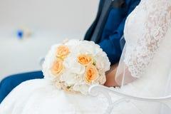 Scena adorabile della sposa e dello sposo Immagini Stock