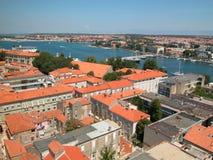 Scena adriatica, tetti blu di colore rosso del mare Fotografia Stock Libera da Diritti