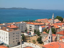 Scena adriatica, tetti blu di colore rosso del mare Immagine Stock