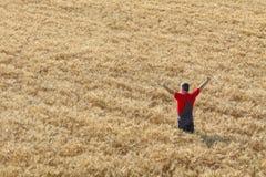 Scena agricola, agricoltore felice nel giacimento di grano Immagine Stock