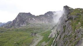 Scena al rallentatore stupefacente di foschia che si muove nella montagna più famosa in Cina stock footage