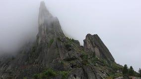Scena al rallentatore stupefacente di foschia che si muove nella montagna più famosa in Cina archivi video