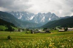 Scena all'aperto variopinta nelle alpi austriache Giorno soleggiato nel villaggio di Gosau sulla montagna di Grosse Bischofsmutze Immagine Stock Libera da Diritti