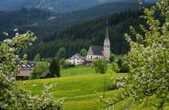 Scena all'aperto variopinta nelle alpi austriache Giorno soleggiato nel villaggio di Gosau sulla montagna di Grosse Bischofsmutze Immagini Stock Libere da Diritti