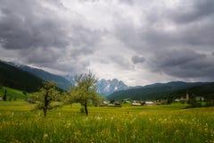 Scena all'aperto variopinta nelle alpi austriache Giorno soleggiato nel villaggio di Gosau sulla montagna di Grosse Bischofsmutze Immagine Stock