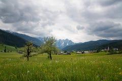 Scena all'aperto variopinta nelle alpi austriache Giorno soleggiato nel villaggio di Gosau sulla montagna di Grosse Bischofsmutze Fotografia Stock