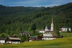 Scena all'aperto variopinta nelle alpi austriache Giorno soleggiato nel villaggio di Gosau sulla montagna di Grosse Bischofsmutze Fotografie Stock Libere da Diritti