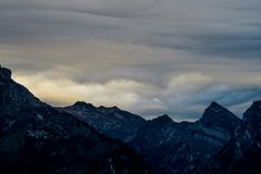Scena alpina nelle montagne svizzere: Tramonto e nuvole di tempesta fotografie stock libere da diritti