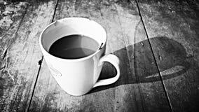 Scena antiquata di mattina: macchina da scrivere antica, tazza di caffè fresco, contratto di affari e penna Immagini Stock Libere da Diritti
