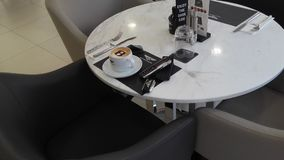 Scena antiquata di mattina: macchina da scrivere antica, tazza di caffè fresco, contratto di affari e penna Immagini Stock