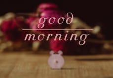 Scena antiquata di mattina: macchina da scrivere antica, tazza di caffè fresco, contratto di affari e penna Fotografia Stock Libera da Diritti