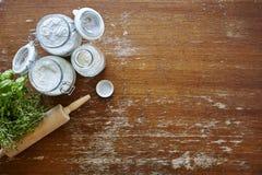 Scena atmosferica della cucina con farina sulla tavola di legno Fotografia Stock