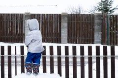 Scena autentica del giardino di inverno di stile di vita con il bambino unrecognisable immagini stock libere da diritti