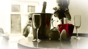 Scena in bianco e nero di datazione sveglia Champagne in secchio con i vetri archivi video