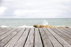 Scena con il pavimento di legno, sguardo drammatico della spiaggia Fotografia Stock Libera da Diritti