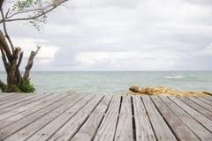 Scena con il pavimento di legno, sguardo drammatico della spiaggia Immagini Stock Libere da Diritti