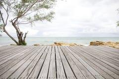 Scena con il pavimento di legno, sguardo drammatico della spiaggia Immagine Stock