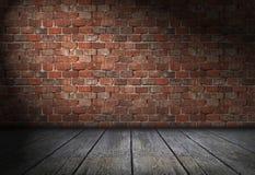 Scena con il riflettore sul fondo rosso del muro di mattoni Stanza vuota dei mattoni con il vecchio pavimento di legno Immagini Stock