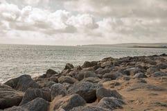 Scena costiera un giorno ventoso sulla costa giurassica di Dorset Fotografia Stock